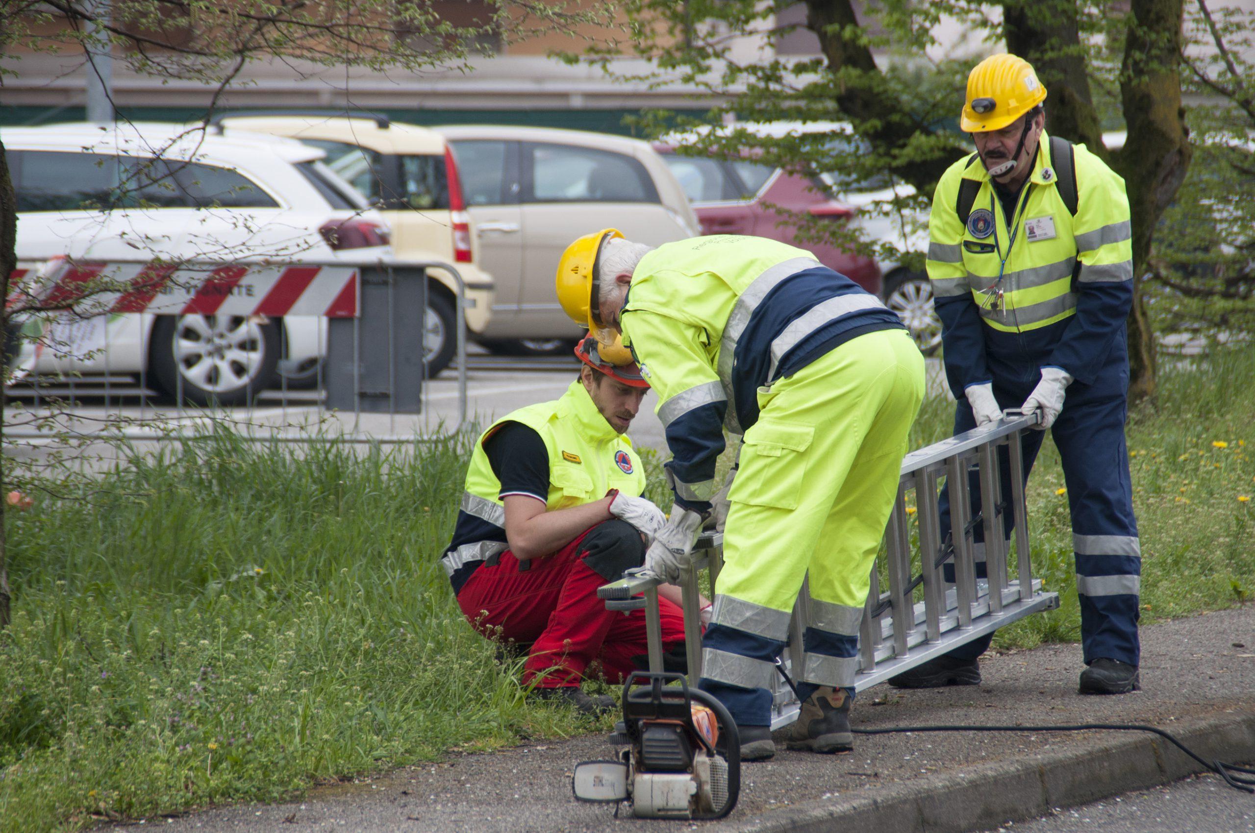 Volontari Protezione Civile Vignate con scala